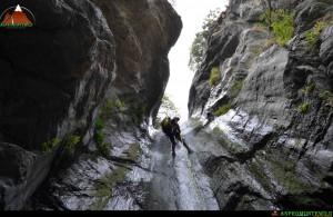 Discesa su corda di cascate, fosse e canyon montani