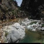 La vecchia condotta sul torrente oggi utilizzata quale passaggio per gli escursionisti