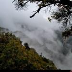 Nebbia a ridosso del crinale sopra la valle infernale