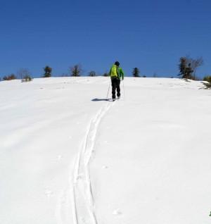 Sci da fondo escursionismo risalita di un pendio