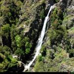 Vista dall'alto del serro roccioso della cascata palmarello
