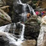 Escursionisti a fare il bagno sotto la cascata Galasia