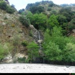 Un affluente senza nome genera una cascata di circa 20m proprio sul letto del lago