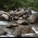 Rocce sul torrente prima della piena, tratto a valle del lago foto del 2007