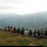 Escursionisti seduti sul'Affaccio della fiumara Laverde