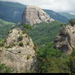 dalla strada vista di Pietra cappa e di altre pietre vicine
